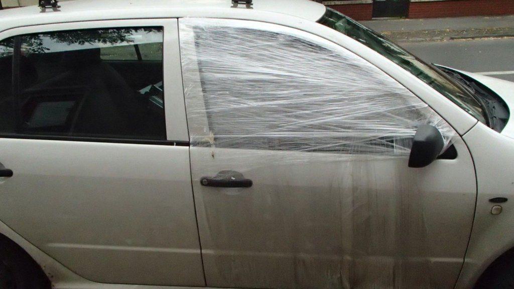 Betört üvegű autó ideiglenes javítása