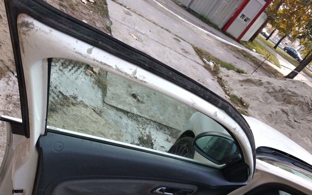 Néha bizony problémás az autóajtó nyitás…