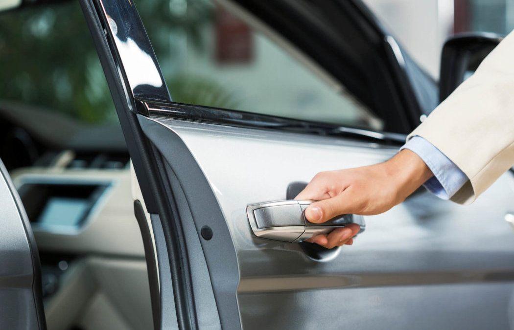 beragadt autóajtó kinyitása