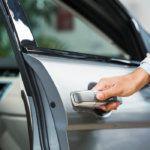 Beragadt autóajtó kinyitása – hogyan csináld?