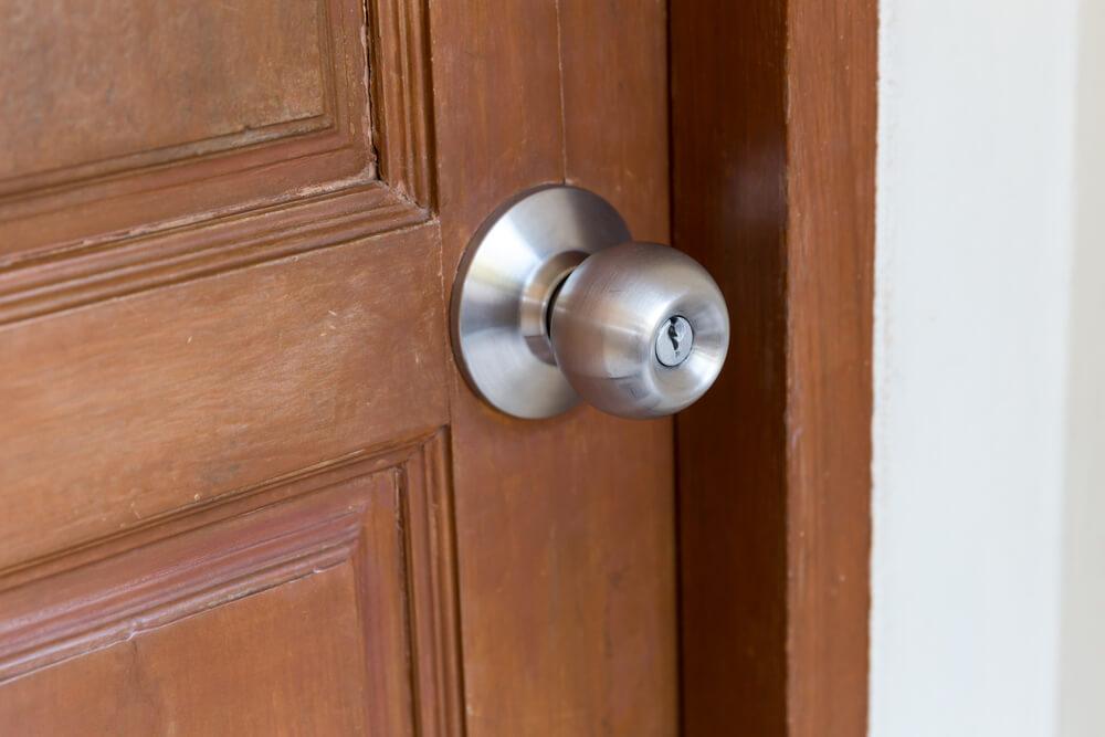 kilincs nélküli ajtónyitás